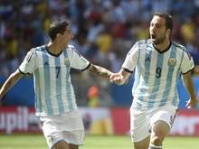 Gonzalo Higuaín (r.) trifft für die Albiceleste