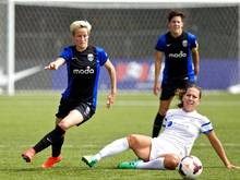 Megan Rapinoe (l.) im Duell mit Lauren Holiday