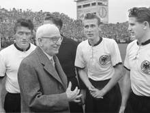 Siegtorschütze Helmut Rahn (r.) im WM-Finale 1954
