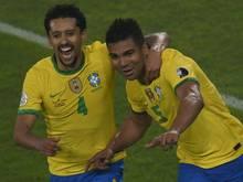 Casemiro (r.) bejubelt seinen Siegtreffer für Brasilien
