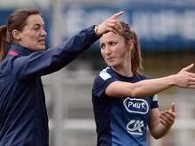 Erste Frau: Corinne Diacre (l.) coacht Herren-Profi-Team