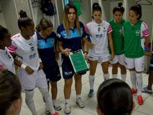 Emily Lima (Bildmitte) übernimmt die Cheftrainer-Rolle