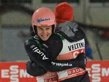 Geiger (l.) und Eisenbichler sind auf Podestkurs in Lahti