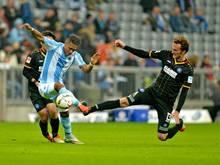 Dominic Peitz (r.) unterschreibt bei Holstein Kiel