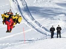 Urs Kryenbühl wird mit dem Helikopter abtransportiert