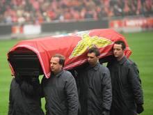 Fans überführten den Sarg Eusebios zu seiner Ruhestätte