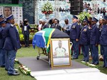 Senzo Meyiwas Sarg bei der Trauerfeier in Durban