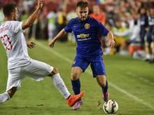 Manchester Uniteds Luke Shaw (r.) verpasst Saisonstart