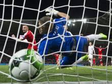 Drmic (l.) köpft die Schweiz zum 1:0-Sieg gegen Lettland
