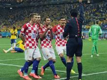 Der Referee steht für den Elfmeterpfiff schwer in der Kritik